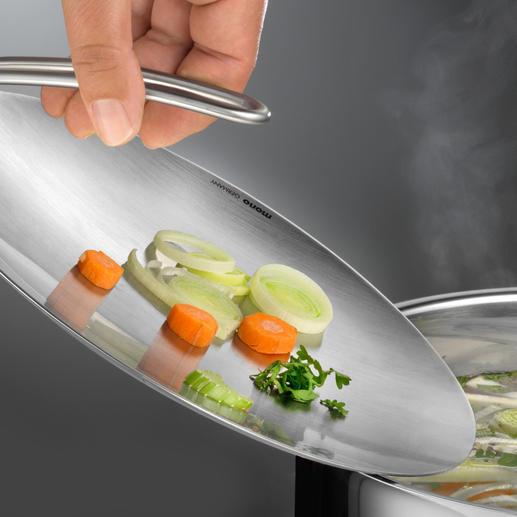 Met behulp van de komvormige deksel kunt u de ingrediënten gemakkelijk in de pan doen.