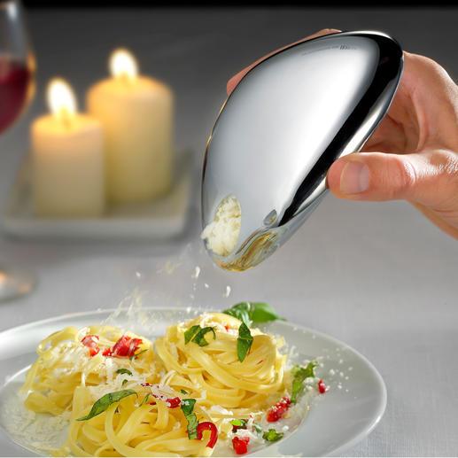 Via de strooi-opening is de kaas precies en gedoseerd op een pastagerecht, salade, carpaccio etc. te strooien.