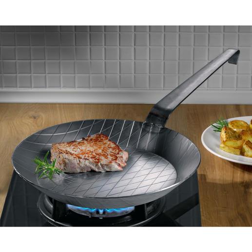 Smeedijzeren pan - Kan tot een hoge temperatuur verhit worden. IJzersterk. Ideaal om snel mee aan te braden.