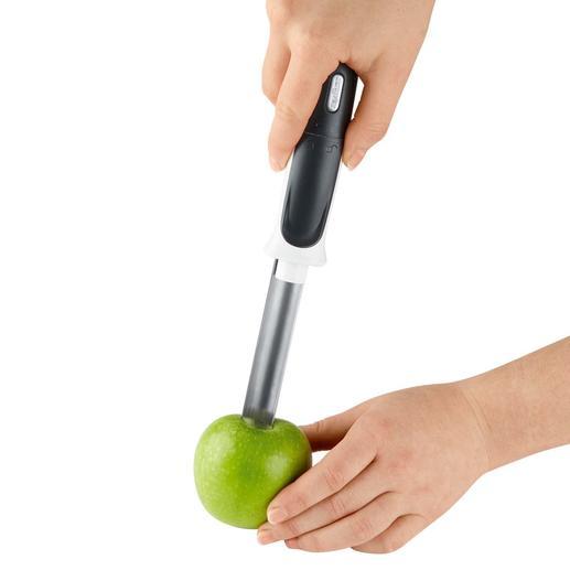 Met een beetje druk steekt u de edelstalen huls midden in de appel.