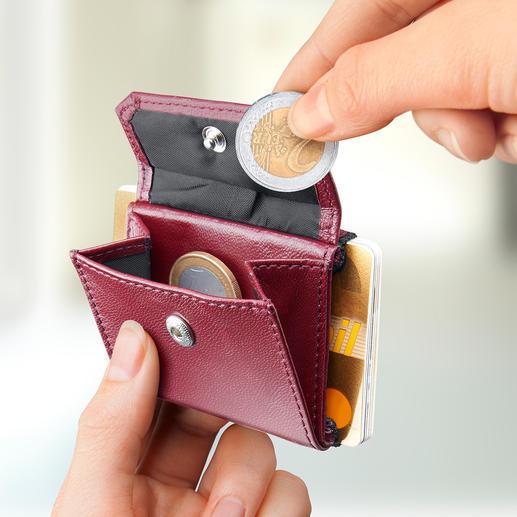 Voor bankbiljetten, munten en max. 15passen. Is niet groter dan een poederdoos.