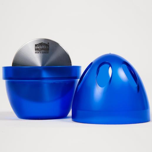 Verwijder de deksel en vul het ei voor de helft met water– vervelende geurtjes worden geneutraliseerd in plaats van gecamoufleerd.