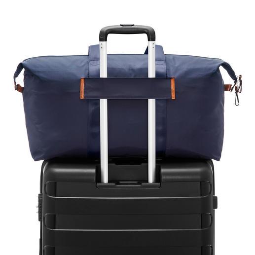 Met de riempjes aan de achterkant maakt u de tas vast aan het handvat van een trolley.