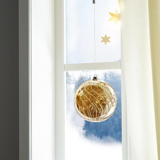 Decoratief om op te hangen of neer te leggen. Overdag glanst het getinte glas als een kostbare barnsteen.