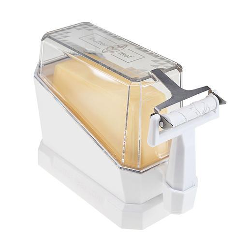 Handig: bij het serveren vormt de deksel een houder die het stuk boter in de perfecte positie plaatst om te worden geschaafd.