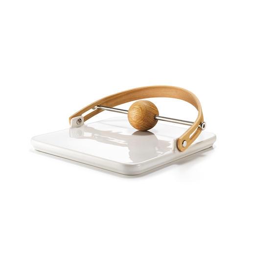 De design-servethouder is gemaakt van eikenhout en keramiek– een stijlvolle blikvanger op elke tafel.