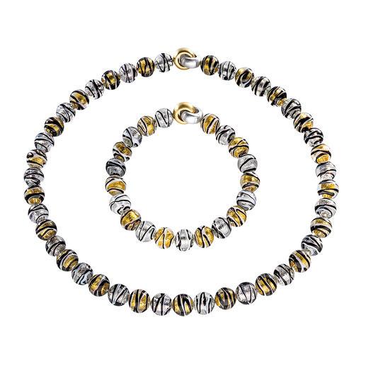 Collier of Bracelet van Muranoglaskralen Venetiaanse pracht: glanzend goud en zilver, ingesloten in luxueuze kralen van Muranoglas.