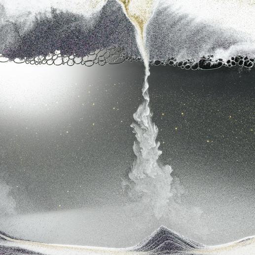 Het zand dat zo fijn als stof is, baant zich constant een weg door de laag met luchtbellen.