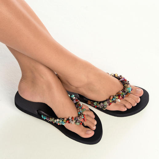Van eenvoudige strandslipper tot gevierde fashion-trend. Uzurii tovert de teenslipper om tot een glamour-sieraad voor de voet.