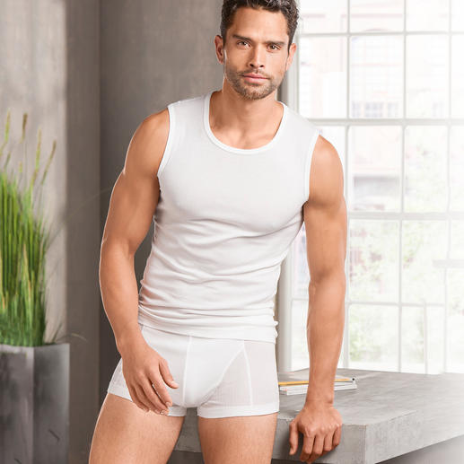 onderhemd and shorts