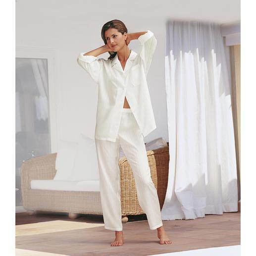 Zijden pyjama met etui De pyjama van pure zijde. Betaalbare luxe om verliefd op te worden. Met reisetui.
