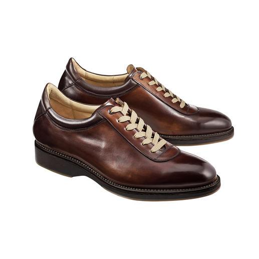 Cordwainer luxe-sneakers Een elegant paar luxe-sneakers, hoogwaardig rondom genaaid, net als klassieke business-schoenen.