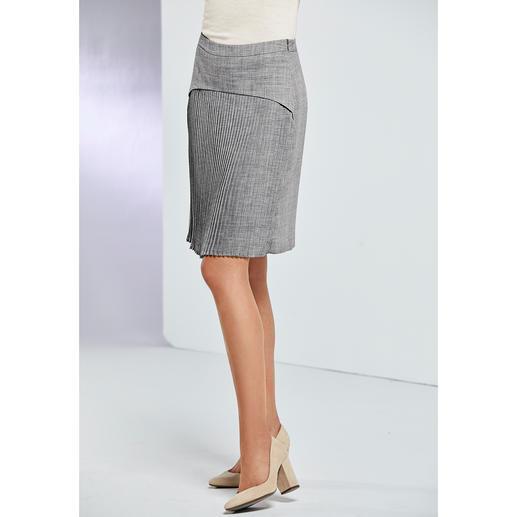Strenesse plissé-trenchcoat of plissérok Heel bijzonder: klassieke business-combinatie in een modieuze look. Daarvoor moet u bij Strenesse zijn.