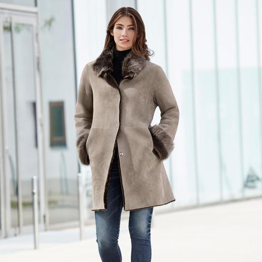 Wunderfell keerbare mantel van lamsvacht, zilvergrijs/greige Vandaag een modieuze suèdeleren mantel, morgen een tijdloos klassiek model van lamsvacht. Van Wunderfell.
