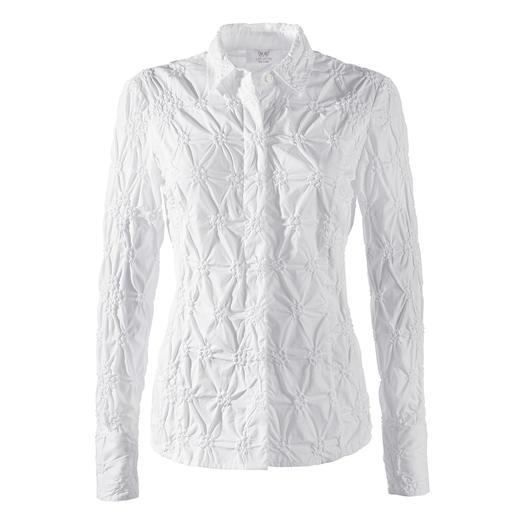 Batist-bloes met borduursels Alstublieft nooit strijken. De klassieke witte blouse van fraaie batist, rondom bestikt.