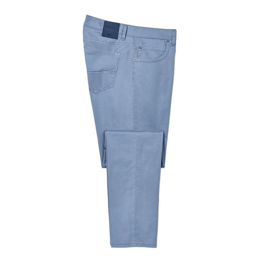 De lichtste katoenen broek uit de 65-jarige geschiedenis van Brax. De lichtste katoenen broek uit de 65-jarige geschiedenis van Brax. Gewicht slechts 280 g in mt. 50.