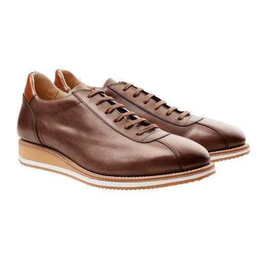 Een elegant paar luxe-sneakers, hoogwaardig rondom genaaid, net als klassieke business-schoenen. Een elegant paar luxe-sneakers, hoogwaardig rondom genaaid, net als klassieke business-schoenen.