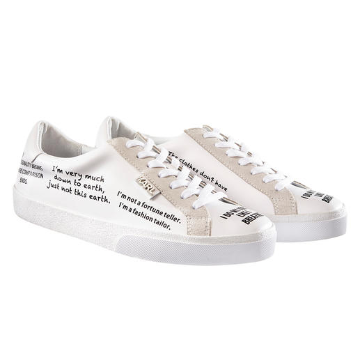 Lagerfeld statementsneakers Tijdloze witte sneaker + trendthema statementprints: perfect met originele citaten van Karl Lagerfeld.