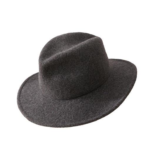 Fedora hoed voor in de handtas Klassiek model. Veredeld door modieuze nonchalance. De kreukelbare, koffer-proof Fedora van zachte scheerwol.