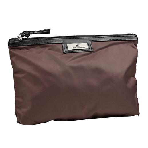 Day nylon-beauty bag of -shopper Zo chic (en zo stijlvol) kan een praktische shopper van nylon zijn. Van Day Birger et Mikkelsen.