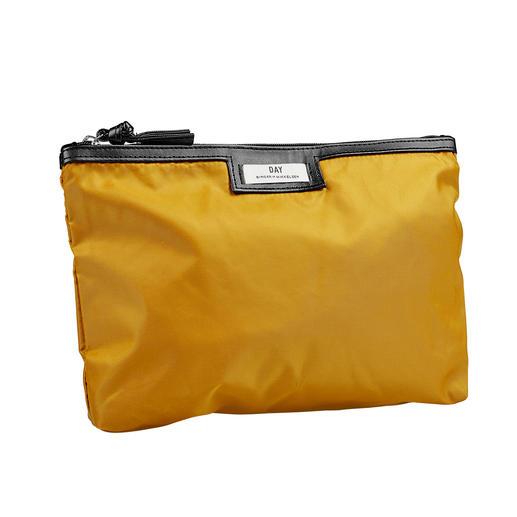 Zo chic (en zo stijlvol) kan een praktische shopper van nylon zijn. Zo chic (en zo stijlvol) kan een praktische shopper van nylon zijn. Van Day Birger et Mikkelsen.