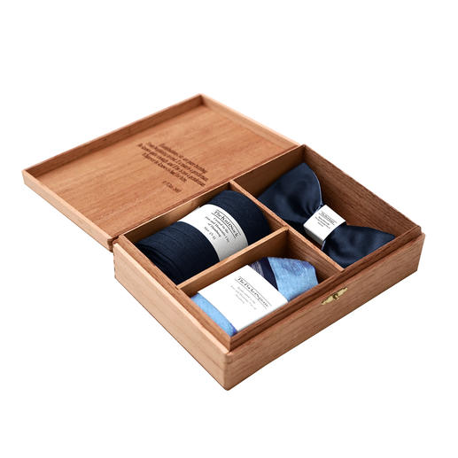 Gentleman's Agreement accessoirebox - De veelzijdige combinatie van strik, sokken en pochet. Van Gentleman's Agreement.