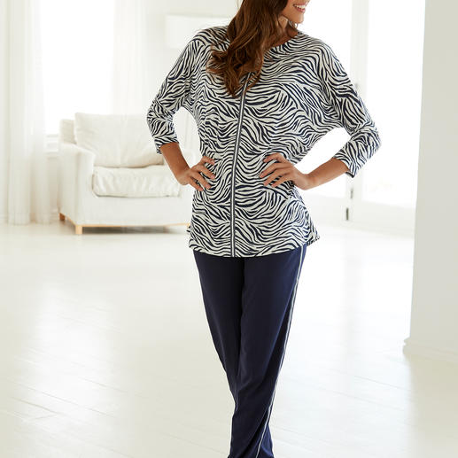 Hutschreuther pyjama 'Blue Zebra' Stijlvolle pyjama in oversized model met animal-print en galons.