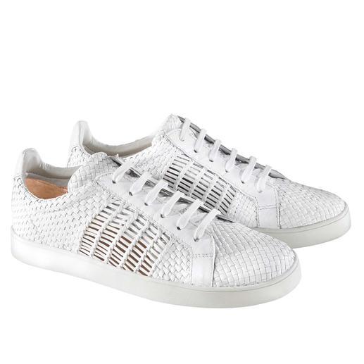 Sneaker van gevlochten leer van Allan K Klassieke witte sneakers: door het gevlochten leer spannender en luchtiger dan de meeste. Van Allan K.