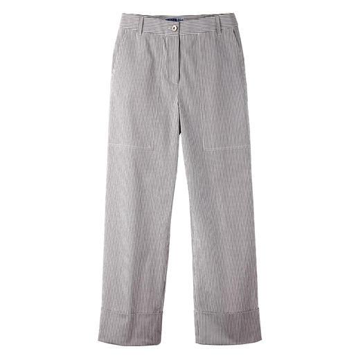 Gestreepte broek van seersucker De zomerbroek voor 2020: zeer modieuze vorm. Klassieker van luchtige, lichte stof.