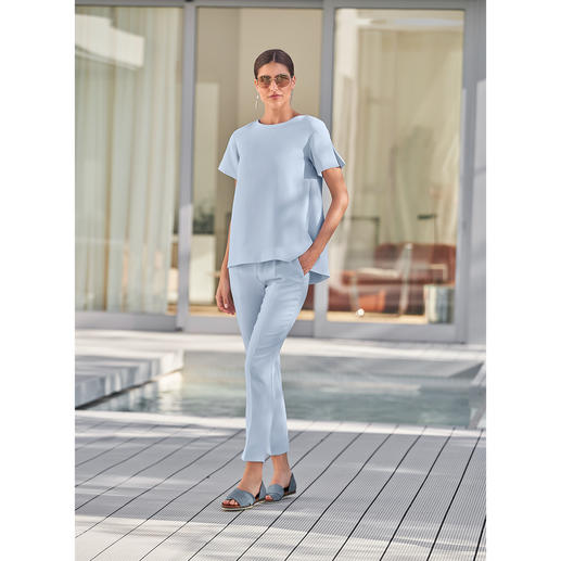 SLY010 24-uursbroek of -shirt, blauw Modieus design, onderhoudsarmecrêpe, prettige pasvorm. Van SLY010, Berlin.