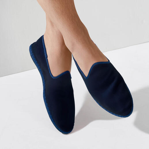 Fluwelen-herenslipper De met de hand gestikte fluwelen slipper made in Italy: elegant. Gemakkelijk. En toch zo moeilijk te vinden.