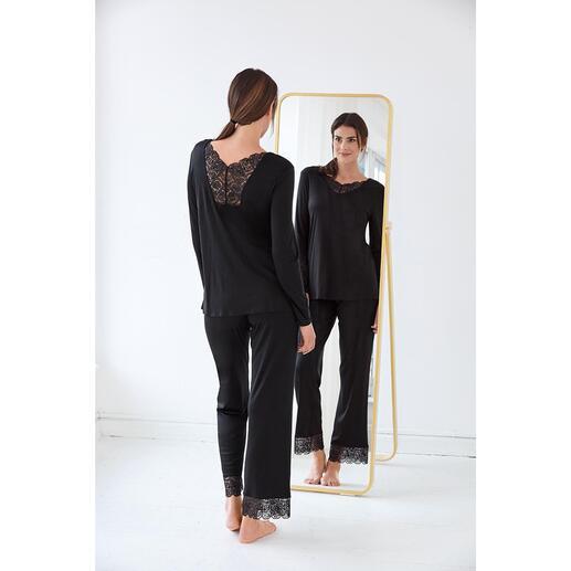Hanro pyjama met kant Gegarneerd met charmante kanten inzetten: het elegante couturemodel onder de pyjama's. Van Haro.