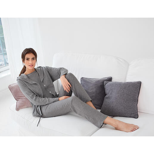 Cornelie Weiss hoody, shirt met ¾-mouwen of sweatpants Hoody, shirt met ¾-mouwen en sweatpants in casual, clean chic-stijl. Van Cornelie Weiss, Düsseldorf.