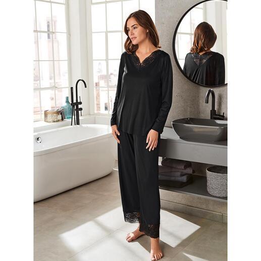 Hanro pyjama met kant Gegarneerd met charmante kanten inzetten: het elegante couturemodel onder de pyjama's.