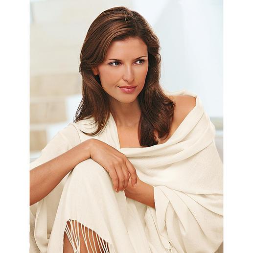 De legendarische ringsjaal is een van de meest tijdloze voorbeelden uit de modegeschiedenis. Met de hand geweven Pashmina: zo dun, dat u de stola door uw trouwring kunt halen.
