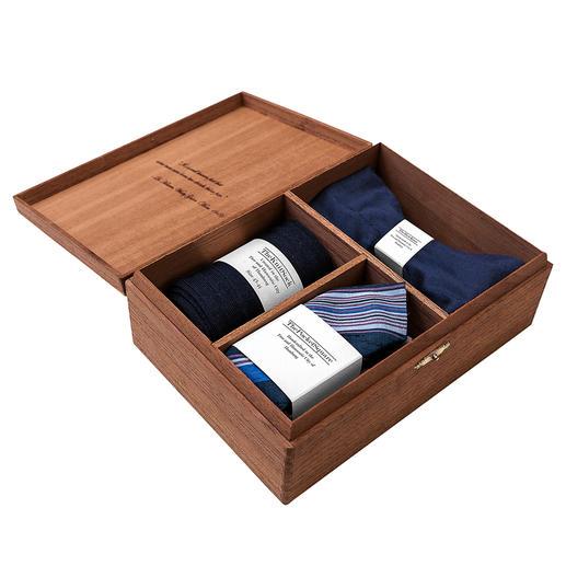Gentleman's Agreement accessoirebox, blauw/wit/rood De veelzijdige combinatie van strik, sokken en pochet. Van Gentleman's Agreement.
