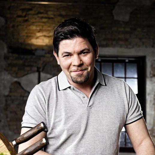 Tim Mälzer, een van de populairste tv-koks in Duitsland, heeft meegewerkt aan de ontwikkeling van deze sublieme Shun Premier-messen.